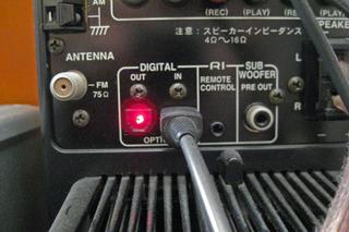 AirMac Expressとオーディオセットを光デジタルケーブルで接続