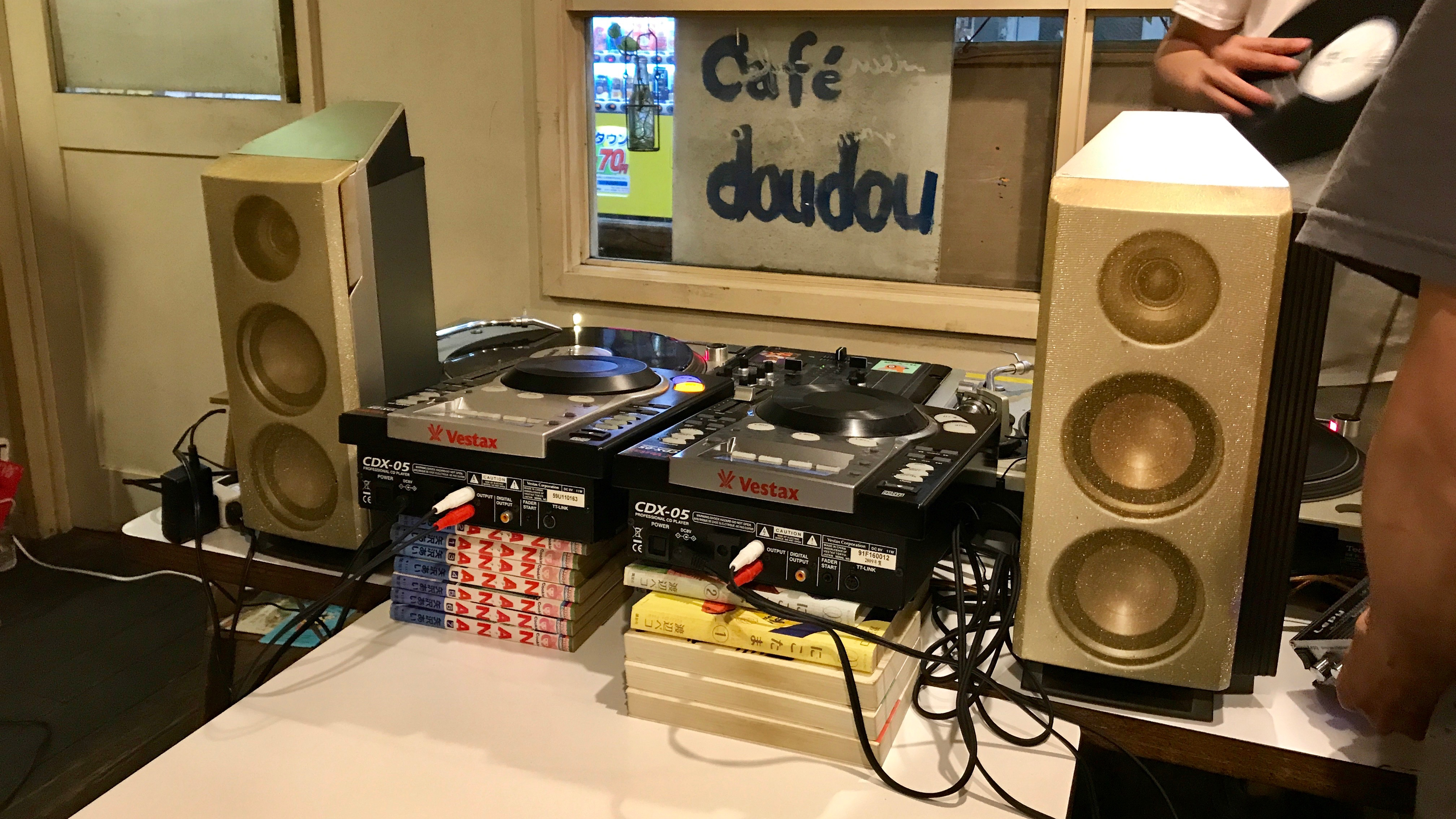 DJ Party in Cafe doudou