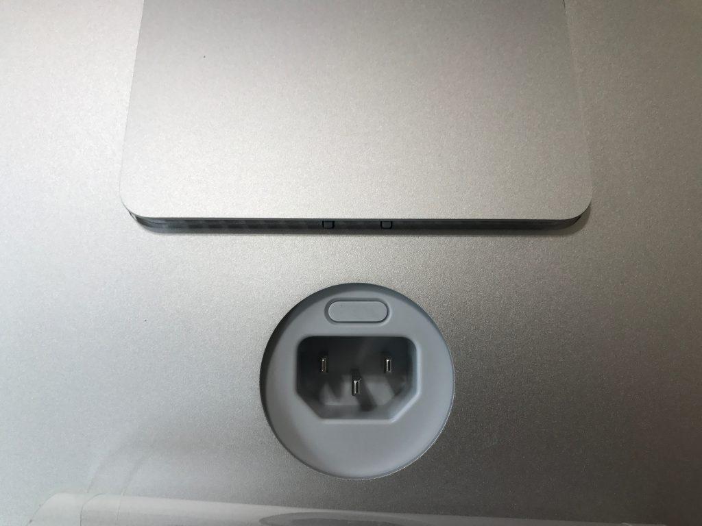 電源コネクターの上にあるボタンを強く押すと