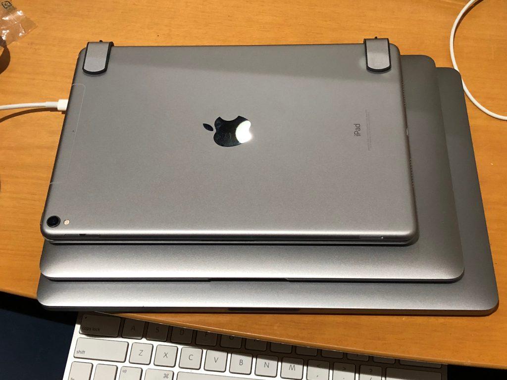 13インチ、12インチMacBookの上に、10.5インチiPad ProにBRYDGEのキーボードを装着したものを重ねた