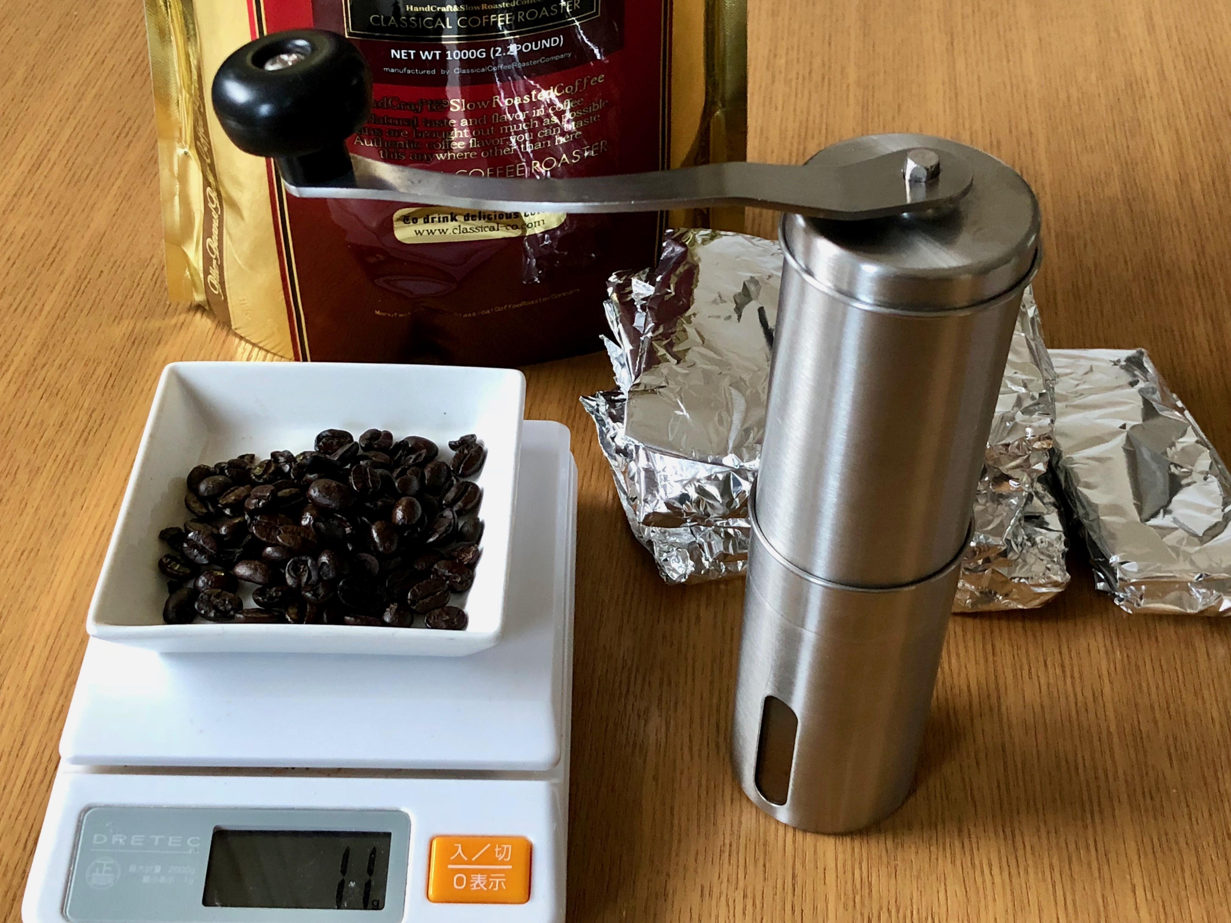 コーヒー豆を10〜12gに小分けしているところ