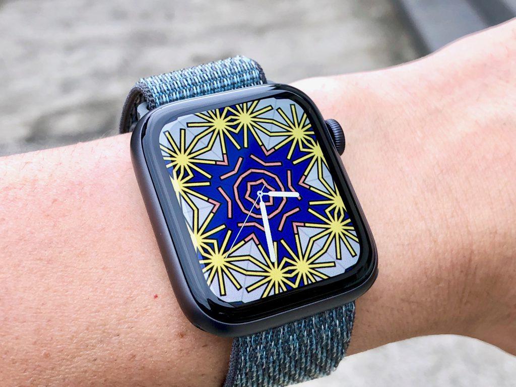 「万華鏡」という文字盤をフルスクリーン表示したところ。Apple Watchの印象が大きく変わる。はじめに時刻を示す針が表示され、背景がアニメーションとともに現れるので、針も意外と見やすい